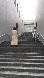 建物の前に立っている人々のグループの写真・画像素材[2173618]