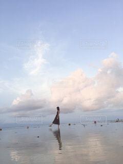 水域の隣に立つ人々のグループの写真・画像素材[2390149]