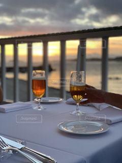 海,食事,ディナー,夕方,テーブル,グラス,ビール,料理,乾杯,ドリンク