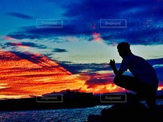 日没の前に立っている男の写真・画像素材[982644]