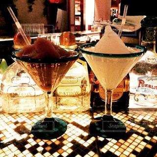 ワイングラスを持つテーブル - No.947556