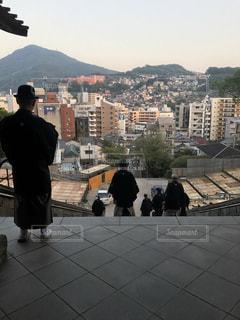 街の歩道を歩いて人々 のグループの写真・画像素材[1020723]