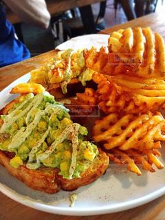 サンドイッチ、フライド ポテト、テーブルの上に食べ物のプレート - No.805644