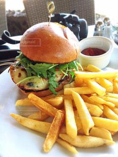 サンドイッチと皿にフライド ポテトの写真・画像素材[805686]