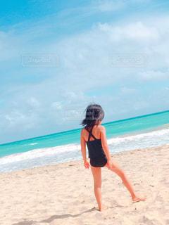 ビーチに立っている女性の写真・画像素材[806090]