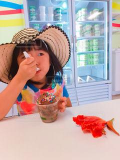 小さな女の子のテーブルに座っての写真・画像素材[807933]