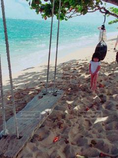 水域の近くのビーチで数人の人々の写真・画像素材[2337949]
