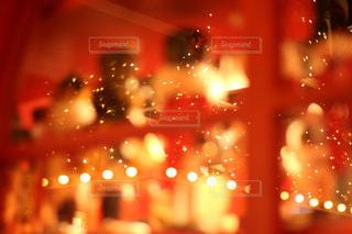 近くに夜の赤色光のアップの写真・画像素材[929970]
