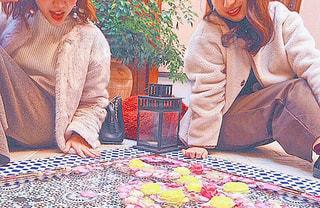 カラフルなバラに囲まれた幸せガールズの写真・画像素材[891614]