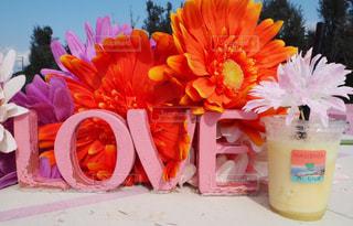 テーブルの上に座っての花で一杯の花瓶の写真・画像素材[927283]