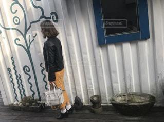 部屋に立っている人の写真・画像素材[1121562]