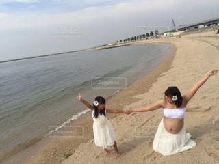 男性と女性が砂浜に立っての写真・画像素材[723110]