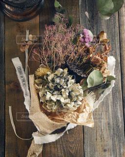 木製のテーブルの上に置かれているドライフラワーの花束の写真・画像素材[3143120]