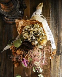 木のまな板の上に座っている花瓶の写真・画像素材[3143118]