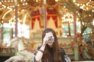 女性,カメラ女子,遊園地,メリーゴーランド,笑顔,としまえん,PassMe,女子カメラ