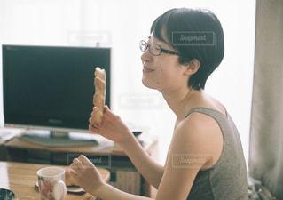 テーブルに座っている女性の写真・画像素材[705455]