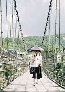 橋の上を歩く人々 のグループの写真・画像素材[952773]