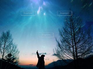日没の前に立っている男の写真・画像素材[987745]