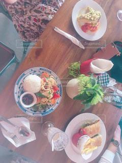 テーブルの上の皿の上に食べ物のボウルの写真・画像素材[1044286]
