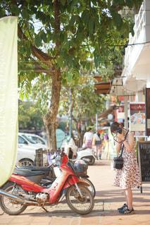 都市通りで自転車を乗る人 - No.1065650