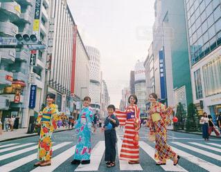 通りを歩く人々 のグループの写真・画像素材[1375578]