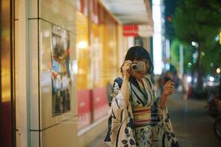 携帯電話で話す人の写真・画像素材[1375602]
