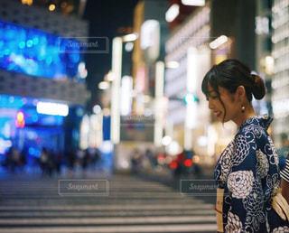 通りを歩いている人の写真・画像素材[1375611]