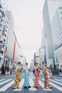 通りを歩く人々 のグループの写真・画像素材[1375638]