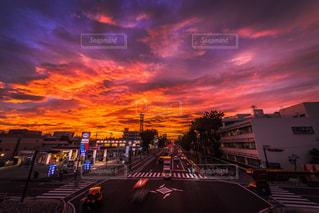 大量のトラフィックでいっぱい街に沈む夕日の写真・画像素材[776634]