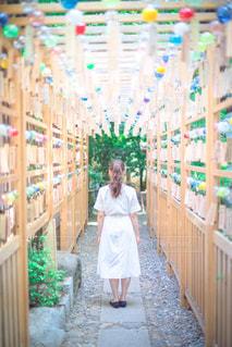 店の前に立っている少女の写真・画像素材[918552]