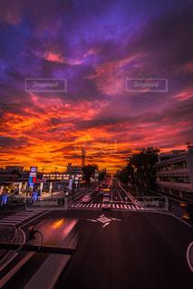 街に沈む夕日の写真・画像素材[962021]