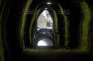 暗い部屋でトンネルの写真・画像素材[1022618]