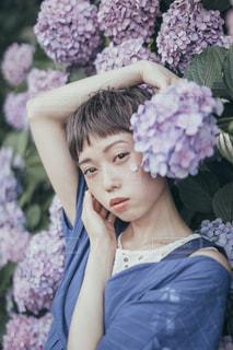 花を持っている人の写真・画像素材[1611972]