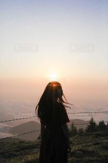 日没の前に立っている人の写真・画像素材[1611976]