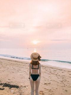 浜辺に立っている人の写真・画像素材[2376863]