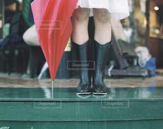 ピンクの傘を持っている女性の写真・画像素材[4412100]