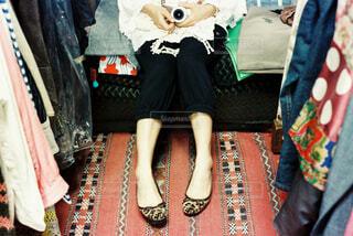 ベッドに座っている人の写真・画像素材[4412102]
