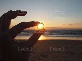 指輪の向こうに輝くの写真・画像素材[749518]