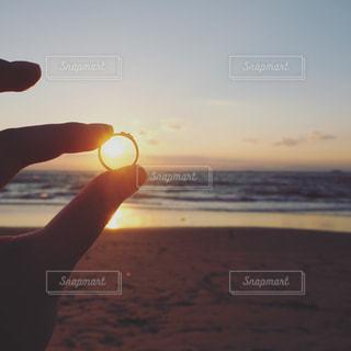 指輪越しの光の写真・画像素材[967348]