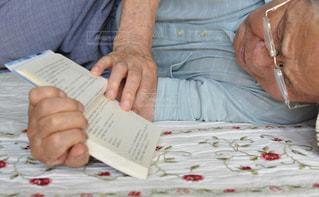 ベッドの上で座っている男の写真・画像素材[754863]