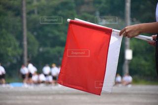 赤い傘を持っている手 - No.789125