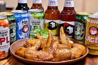 食べ物の皿とテーブルの上のボトルのクローズアップの写真・画像素材[2815813]
