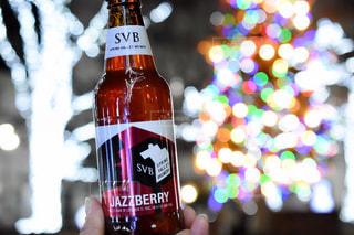ビールのボトルを持つ手の写真・画像素材[2820815]
