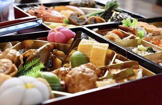 テーブルの上の食べ物の束の写真・画像素材[2876721]