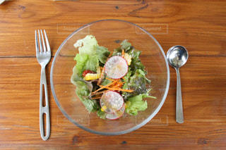 食品と木製のテーブル フォーク プレート - No.784253