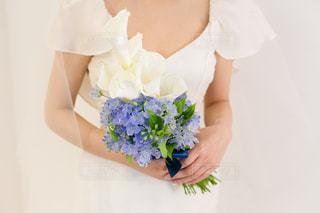 花を持っている人の写真・画像素材[918200]
