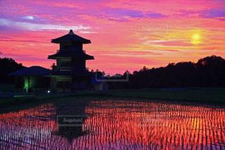 背景に色鮮やかな夕焼けの写真・画像素材[1285535]