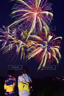 空に打ち上げられた花火の群し方の写真・画像素材[2359126]