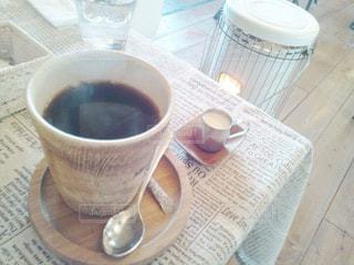 テーブルの上のコーヒー カップの写真・画像素材[874969]