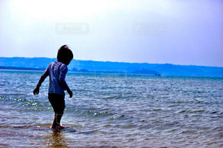 水の体の横に立っている人 - No.1162805